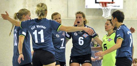 Bei den Regionalliga-Volleyballerinnen vom HSV Weimar ist am Samstag gegen den PSV Chemnitz ein starker Zusammenhalt gefragt. Neben vier Spielerinnen müssen die Weimarerinnen auf Trainer Bork Immisch verzichten. Foto: Thomas Müller