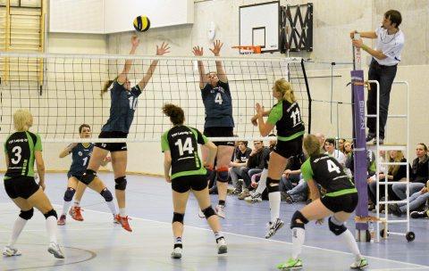Die Volleyballerinnen vom HSV Weimar (in Blau-Schwarz) mussten beim Spiel gegen TSV Leipzig in der Innenstadt-Sporthalle auch immer wieder starke Angriffe der Gäste abwehren. Foto: Hannsjörg Schumann