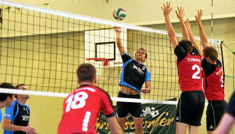 Die Weimarer Thüringenliga-Volleyballer um Henrik Möller (am Ball) haben gegen Schlusslicht Sonneberg 3:1 gewonnen und gehen beruhigt in die Rückrunde. Foto: Thomas Müller