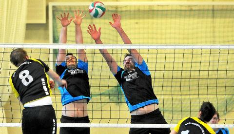 Gegen Tabellenführer Nordhausen kämpften die Thüringenliga-Volleyballer des SVV Weimar (in Schwarz-Blau) um jeden Punkt und sicherten sich auch deshalb am Ende zumindest einen Punkt. Danach gewannen sie sicher gegen Sonneberg mit 3:0 in den Sätzen. Foto: Sascha Margon
